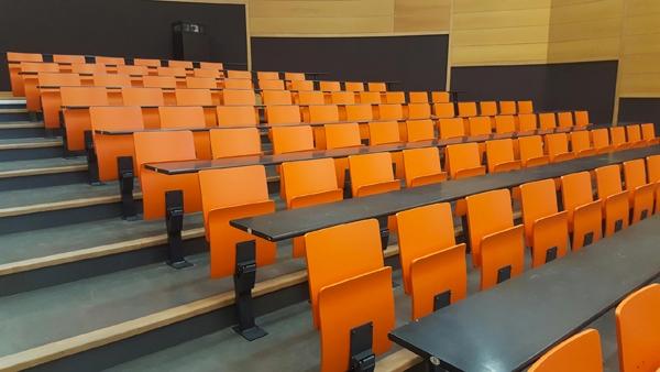 Sièges bois et tables en université