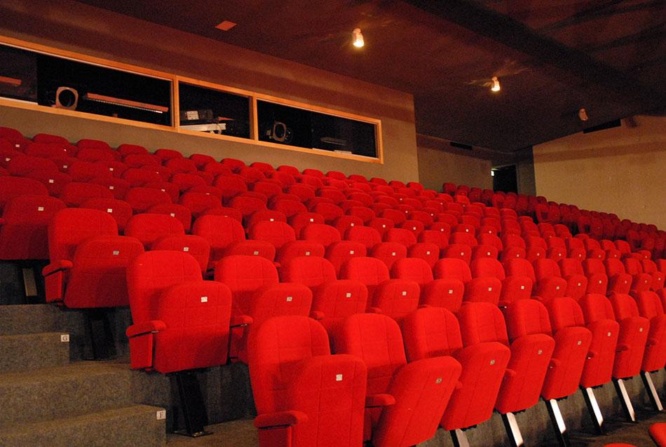 Salle de projection avec sièges rabattables