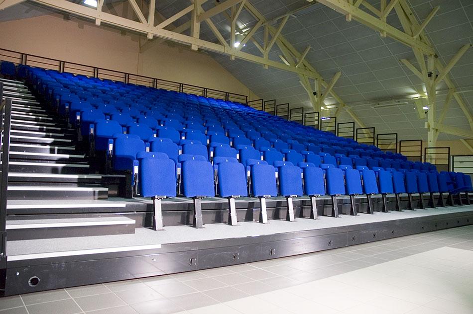 Interieur salle polyvalente et fauteuils bleus