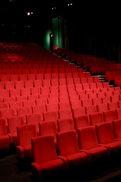 Interieur cinéma avec fauteuils rouges