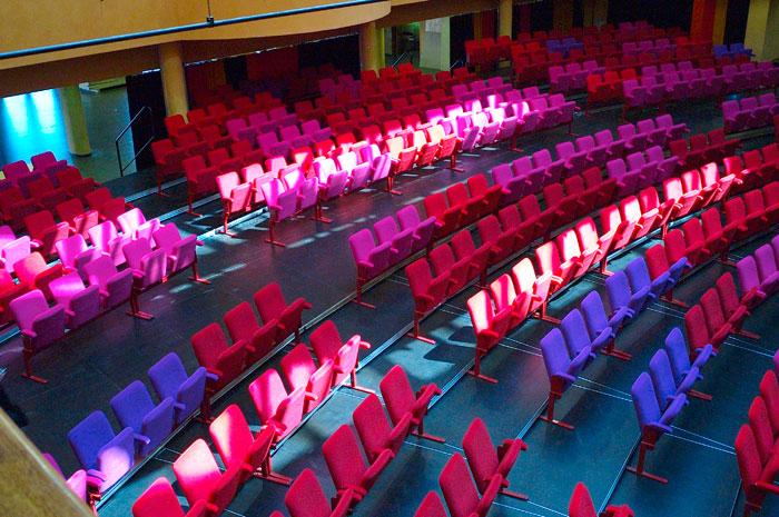 Salle multifonction et theatre et fauteuils multi couleurs