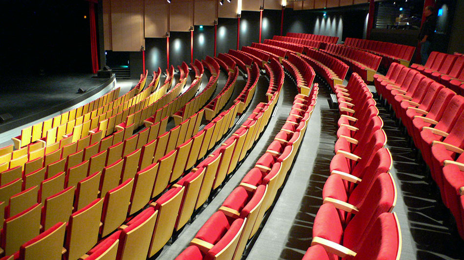 Interieur theatre et fauteuils rouges