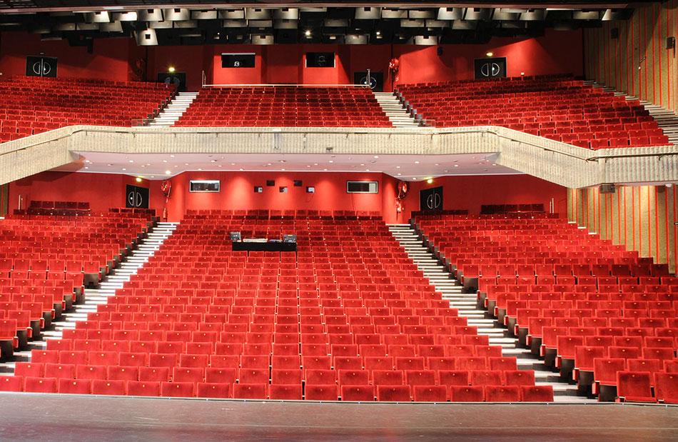 Interieur grand theatre et fauteuils rouges