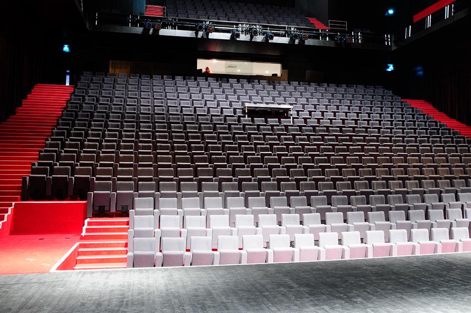 Salle ERP avec fauteuils gris