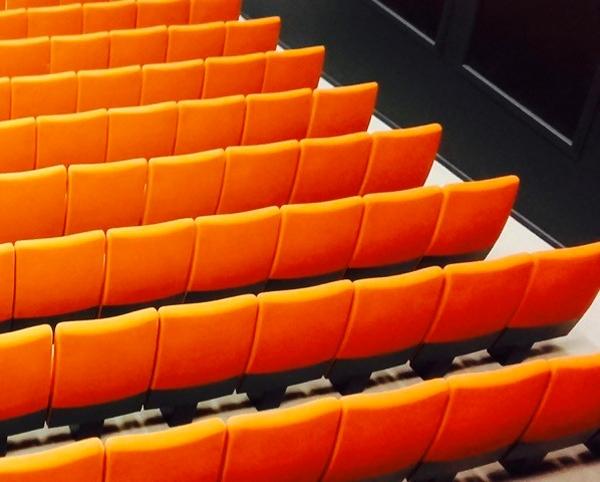 Salle de spectacle avec fauteuils