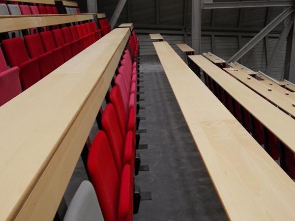 Amphithéâtre avec sièges repliables et tables plateaux fixes