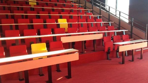 Université amphi avec sièges pliables et table plateaux fixes